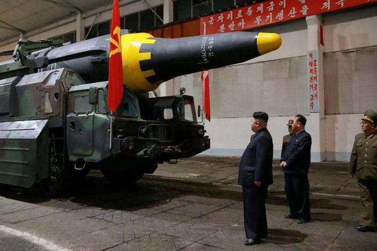 Pemimpin Korea Utara Kim Jong Un tengah memeriksa sebuah rudal balistik antarbenua (ICBM) Hwasong-12.