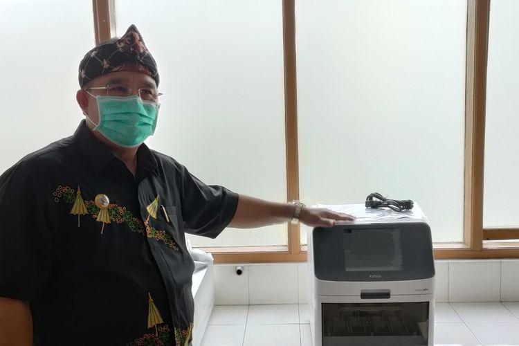 Wali Kota Tasikmalaya, Budi Budiman, menunjukkan mesin PCR pemberian pemerintah pusat untuk penanggulangan penyebaran Covid-19 di wilayahnya beberapa waktu lalu.
