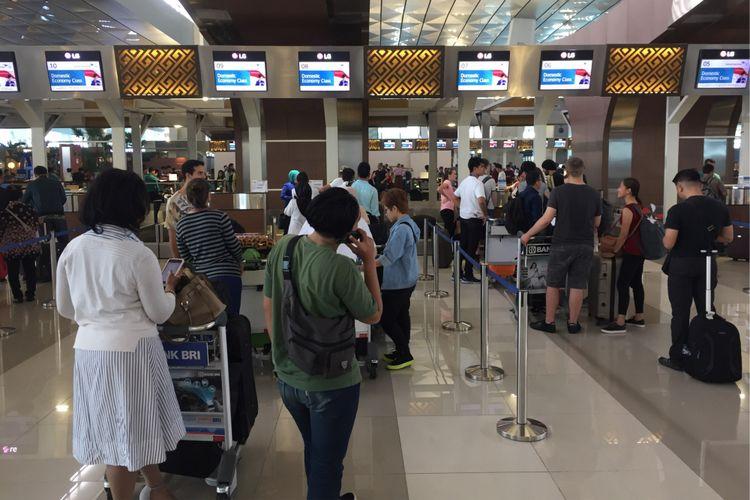 Suasana pintu masuk Terminal 3 Bandara Soekarno-Hatta, Tangerang, jelang long weekend, Kamis (31/8/2017) siang.