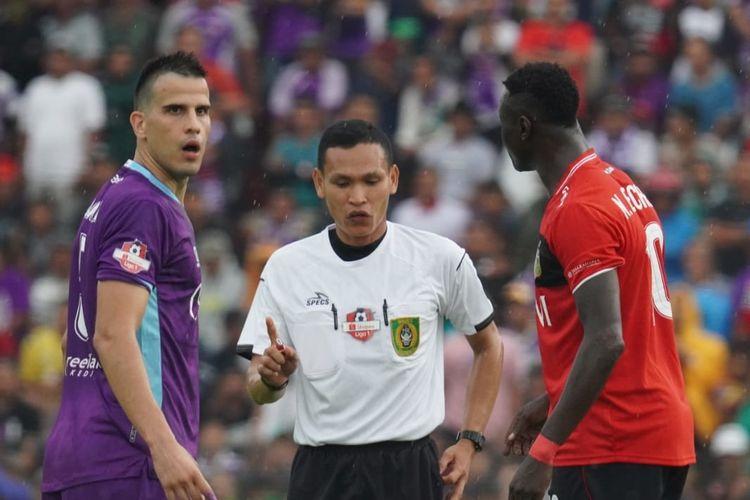 Pemain Bhayangkara FC, Ezechiel NDouassel (kanan), dan pemain Persik Kediri, Ante Bakmaz (kiri).