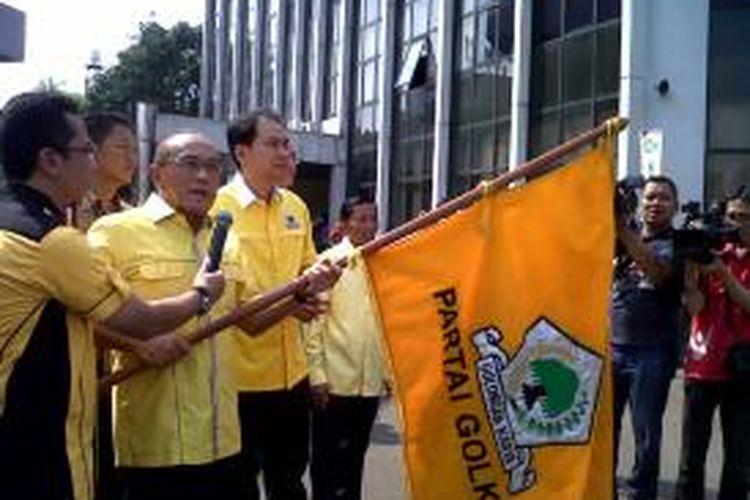 Ketua Umum DPP Partai Golkar Aburizal Bakrie melepas peserta mudik gratis di Markas Golkar, Sabtu (3/08/2013). KOMPAS.com/Ummi Hadyah Saleh