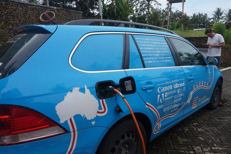 Wiebe Wakker berkeliling dunia untuk mengkampanyekan mobil listrik yang lebih ramah lingkungan.
