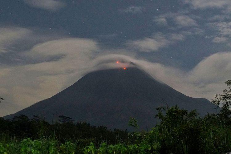 Gunung Merapi mengeluarkan lava pijar yang terlihat dari Tunggul Arum, Wonokerto, Turi, Sleman, D.I Yogyakarta, Rabu (6/1/2021). Balai Penyelidikan dan Pengembangan Teknologi Kebencanaan Geologi (BPPTKG) DI Yogyakarta mencatat pada periode pengamatan Rabu ini pukul 00.00-06.00 WIB, Gunung Merapi mengalami guguran lava pijar sebanyak dua kali dengan intensitas kecil arah kali Krasak sejauh 400 meter dari puncak.