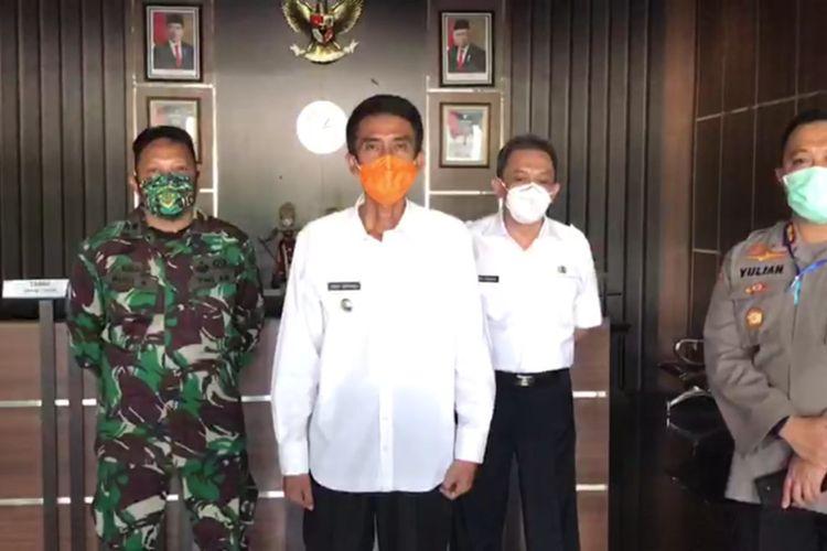 Wakil Wali Kota Banjar, Nana Suryana (bermasker oranye) saat menyampaikan update jumlah pasien positif, PDP dan ODP Covid 19 di Setda Kota Banjar.