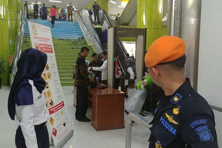 Pengamanan stasiun Gambir jelang keberangkatan Presiden Joko Widodo ke Sukabumi, Kamis (31/8/2017).