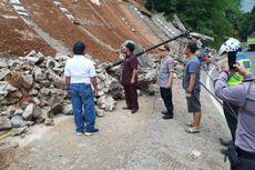 Detik-Detik Tembok Penahan yang Longsor di Jalan Bandung-Tasikmalaya