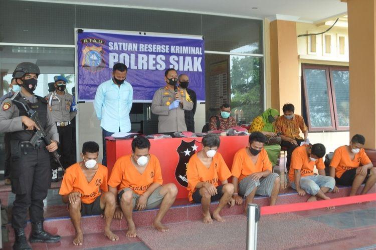 Kapolres Siak AKBP Doddy F Sanjaya melakukan ekspos pengungkapan aksi kejahatan spesialis pembobol sekolah di Kabupaten Siak, Riau. Rabu (21/10/2020). Dok Polres Siak