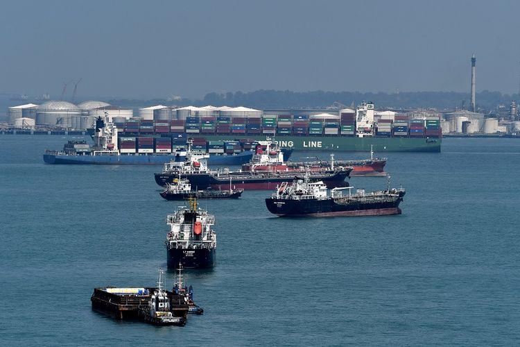 Foto bertanggal 6 Juni 2018, menunjukkan kapal-kapal yang berlabuh di sepanjang selat selatan Singapura.