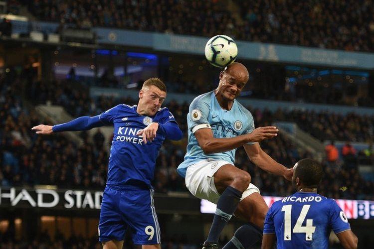Vincent Kompany lebih cepat menyundul bola dibandingkan Jamie Vardy pada pertandingan Manchester City vs Leicester City dalam lanjutan Liga Inggris di Stadion Etihad, 6 Mei 2019.