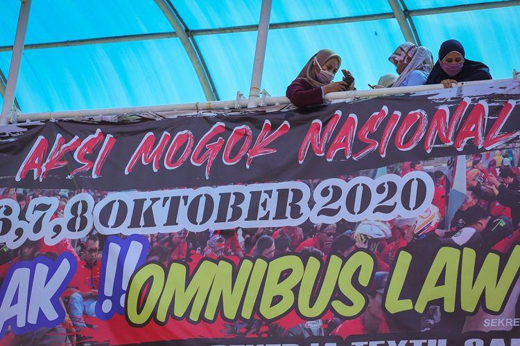 Sejumlah buruh mengikuti aksi mogok kerja di halaman PT Panarub Industry, Kota Tangerang, Banten, Selasa (6/10/2020). Aksi mogok kerja tersebut sebagai bentuk kekecewaan buruh atas pengesahan Undang-Undang Cipta Kerja yang dianggap merugikan kaum buruh. ANTARA FOTO/Fauzan/foc.