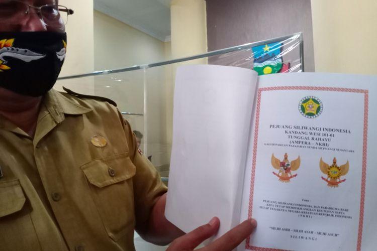 Kepala Kantor Kesbangpolinmas Kabupaten Garut Wahyudidjaya menunjukan berkas oganisasi atau paguyuban Kandang Wesi Tunggul Rahayu, Selasa (07/09/2020)