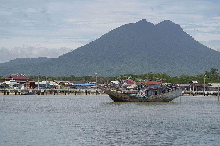 Foto dirilis Senin (8/2/2021), memperlihatkan Gunung Ranai menjadi latar belakang Kota Tua Penagi di Bunguran Timur, Kabupaten Natuna, Kepulauan Riau.