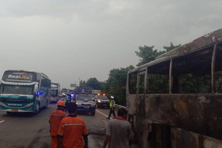 Kebakaran sebuah bus pariwisata di KM 49,850 A tol Jakarta-Cikampek, Minggu (13/1/2019) sekitar pukul 15.00 WIB, menyebabkan kemacetan sepanjang tujuh kolometer.