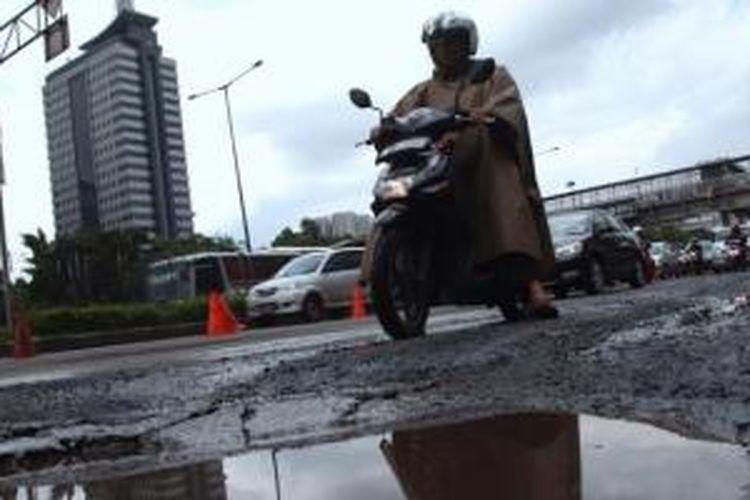 Ilustrasi: Pengguna jalan melintas di ruas Jalan Gatot Soebroto, Kawasan Semanggi, Jakarta Selatan. Di sepanjang ruas jalan tersebut dari Slipi menuju Kampung Melayu banyak terdapat lubang-lubang jalan yang bisa membahayakan pengguna jalan.