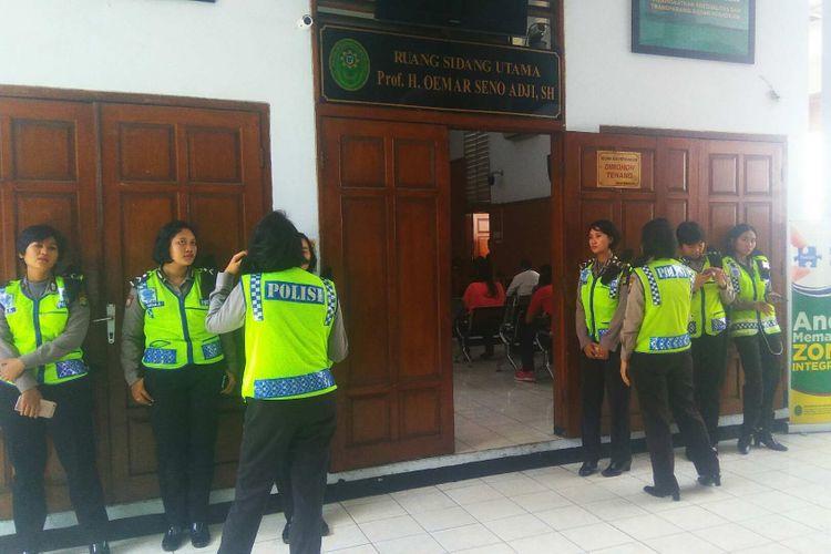 Pengamanan sidang UU ITE dengan tersangka Rizal dan Jamran di Pengadilan Negeri Jakarta Selatan, Rabu (31/5/2017).