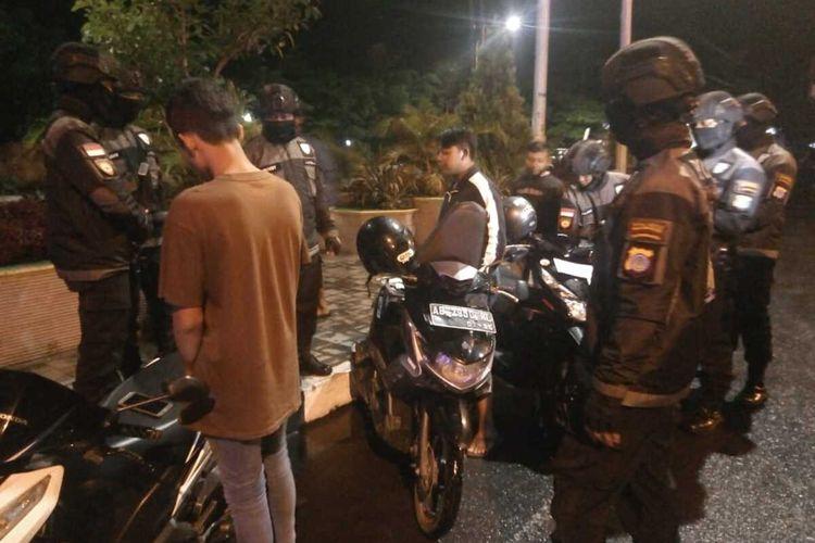 The Cops Polres Kulon Progo, DI Yogyakarta, selagi patroli di jalanan. Mereka mendatangi remaja dan pemuda yang tengah nongkrong di pinggir jalan.