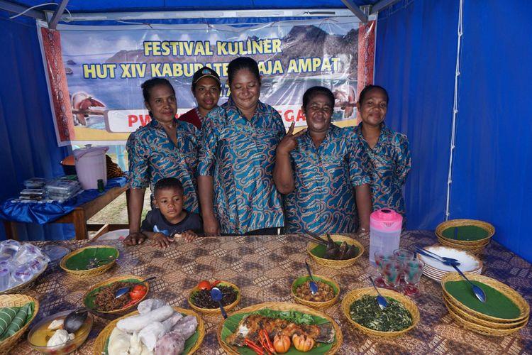 Perwakilan warga bersama kuliner yang disajikan, cacing laut, saat mengikuti festival kuliner Raja Ampat, Minggu (7/5/2017).