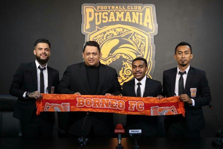 Diego Michiels, Nabil Husein, Terens Puhiri dan Sultan Samma saat pengumuman perpanjangan kontrak pada media di Stadion Segiri Samarinda, Kalimantan Timur, Senin (20/01/2020) siang.