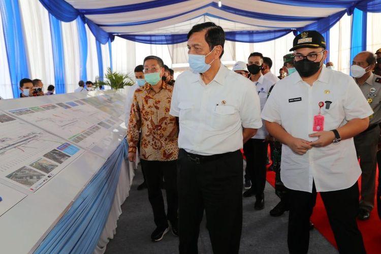 Menko Marves Luhut Binsar Pandjaitan meninjau proyek pembangunan Bandara Gudang Garam Kediri.