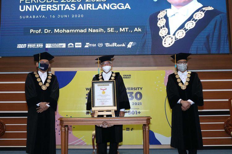 Prof. Dr. Mohammad Nasih, SE., MT., Ak., CMA (kiri), Prof. Dr. H. Muhammad Hatta Ali, SH., MH (tengah), dan Prof. Djoko Santoso, dr., PhD., Sp.PD, K-GH, FINASIM (kanan) saat menerima penghargaan Museum Rekor Dunia Indonesia (MURI).