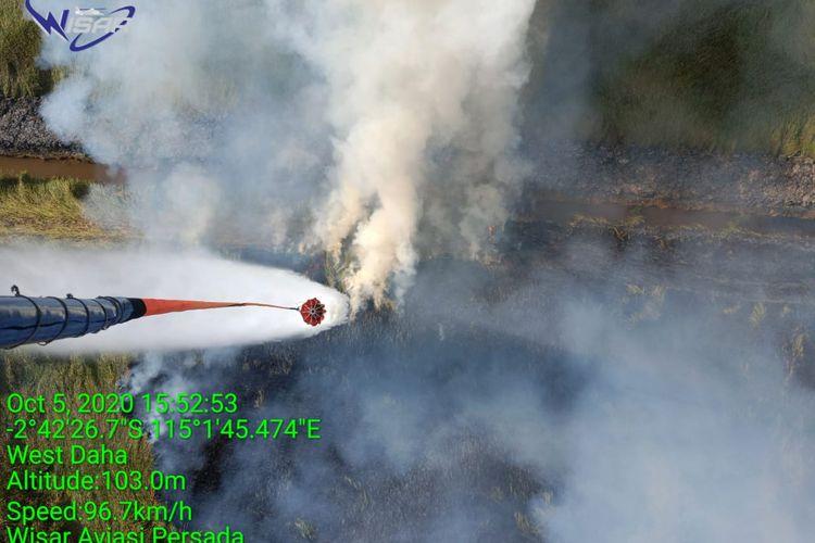 Heli water boombing memadamkan api yang sulit dijangkau pada kebakaran hutan dan lahan di Kalsel.