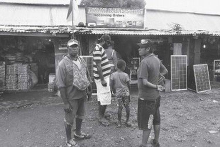 Warga Vanimo, Papua Niugini, berbelanja di Pasar Skouw, Jayapura, Kamis (20/6/2013). Kawasan Skouw merupakan daerah perbatasan Indonesia dan Papua Niugini yang selalu ramai dengan aktivitas perdagangan. Pasar ini menjadi denyut nadi ekonomi warga di perbatasan Papua Niugini-Indonesia.