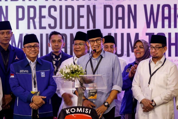 Calon wakil presiden Sandiaga Uno memberikan pidato  seusai mendaftarkan dirinya di Gedung KPU RI, Jakarta, Jumat (10/8/2018). Pasangan Prabowo-Sandi yang secara resmi mendaftar sebagai calon presiden dan wakil presiden tahun 2019-2024.