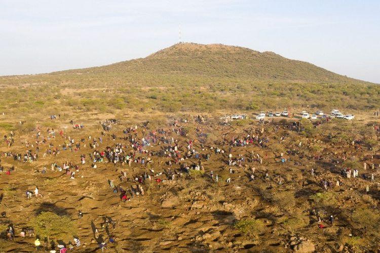 Pemandangan dari udara menunjukkan orang-orang menggali saat mereka mencari apa yang mereka yakini sebagai berlian setelah penemuan batu tak dikenal di desa KwaHlathi dekat Ladysmith di KwaZulu Natal pada 15 Juni 2021.