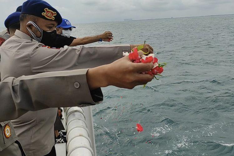 Tim SAR Gabungan Polri melakukan Upacara Tabur Bunga untuk mendoakan para korban jatuhnya pesawat Sriwijaya Air SJ 182 di atas Kp. Bisma - 8001 di Perairan Kepulauan Seribu, Jakarta pada Senin (18/1/2021).