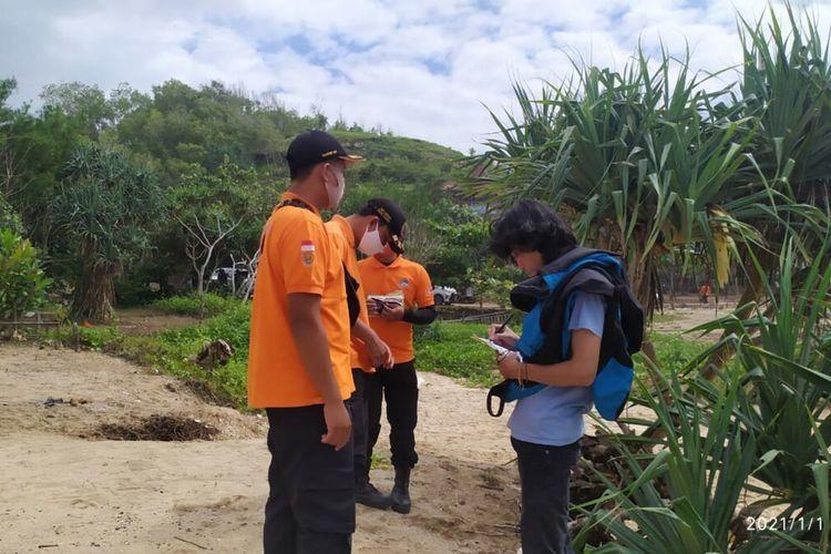 Petugas SAR Satlinmas Wilayah II Gunungkidul melakukan Patroli Protokol Kesehatan Kepada Pengunjung Pantai Saat libur Natal dan Tahun Baru 2021 Jumat (1/1/2021)