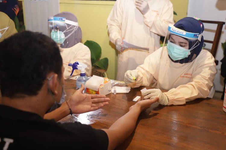 Salah satu pengunjung kafe saat menjalani rapid test oleh personel operasi gabungan Pemerintah Kota Malang, Sabtu (4/7/2020) dini hari