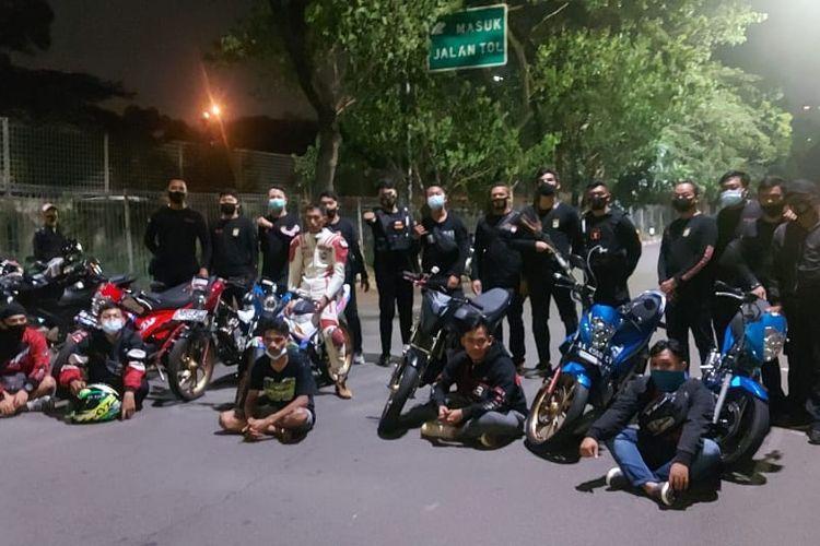 Polisi mengamankan tujuh remaja yang melakukan aksi balap liar di Kembangan, pada Kamis (12/11/2020) dini hari.