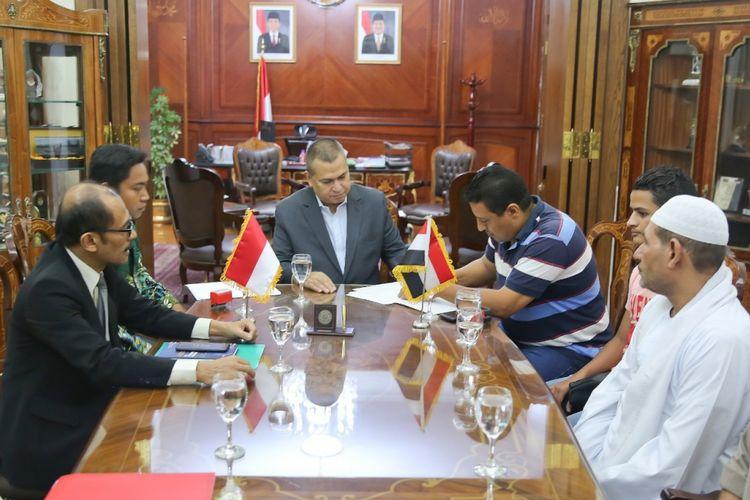 Duta Besar RI untuk Mesir Helmy Fauzi (paling kiri), mengamati penandatanganan perjanjian ekspor pala dan cengkeh di Kantor KBRI Kairo Minggu (9/9/2018). Perusahaan PT Eshan Agroindo Mulia diwakili Muhammad Andhika (dua dari kiri). Sementara perusahaan Al Tawfick & Al Karam Import & Export diwakili Amir Karam.