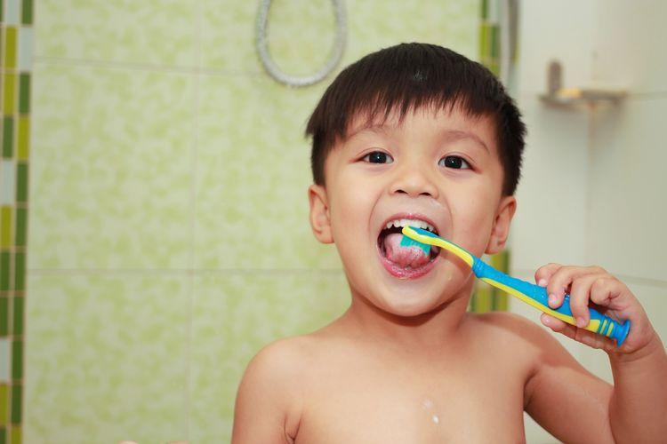 Ilustrasi anak menggosok gigi
