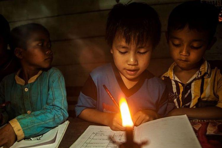 Ilustrasi. Setidaknya setengah juta keluarga di Indonesia hidup tanpa listrik, per Mei 2021.