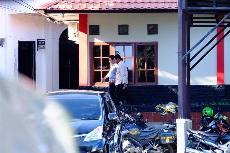 Wakil Gubernur Kepri Isdianto keluar ruangan Satreakrim Polres Tanjungpinang usai menjenguk Gubernur Kepri Nurdin Basirun pasca OTT yang dilakukan KPK