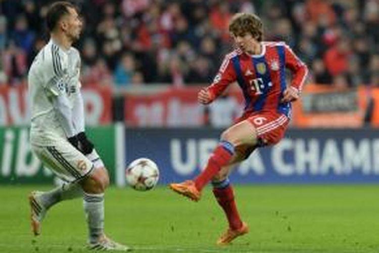 Gelandang Bayern Muenchen, Gianluca Gaudino (kanan).