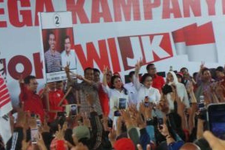 Capres Joko Widodo saat mensimulasikan pencoblosan pemilu presiden di Palembang, Sumsel, Rabu (25/6/2014).
