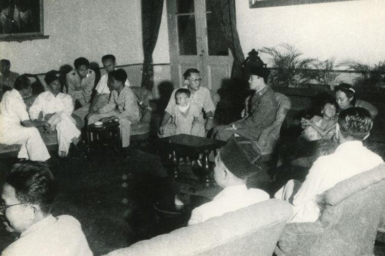 Kepada P.D.R.I ( Pemerintah Darurat Republik Indonesia ) Sjafrudin Prawiranegara S.H tiba di Maguwo disambut oleh Wakil Presiden Drs. Moh Hatta dan di Istana oleh Presiden, Soekarno