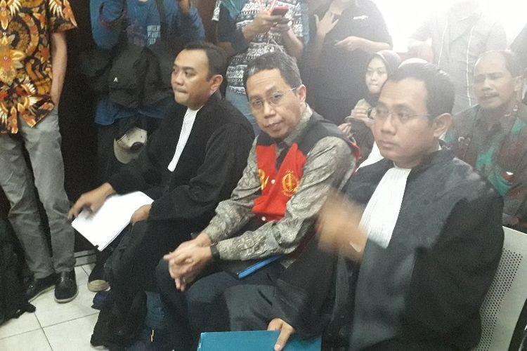 Terdakwa perusakan barang bukti dalam kasus pengaturan skor sepakbola Joko Driyono sebelum menjalani sidang di Pengadilan Negeri Jakarta Selatan, Kamis (9/5/2019).