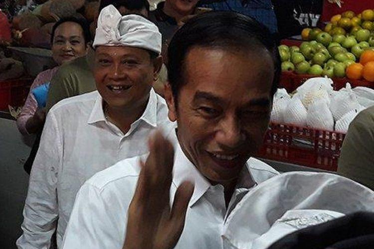 Presiden Jokowi ke Pasar Badung Bali membeli buah-buahan, Sabtu (18/5/2019).