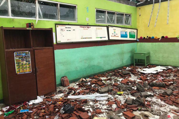 SDN 02 Cirimekar rusak karena hujan deras mengguyur wilayah Jakarta, Bogor dan sekitarnya yaitu pada Selasa (31/12/2019) dan Rabu (1/1/2020).