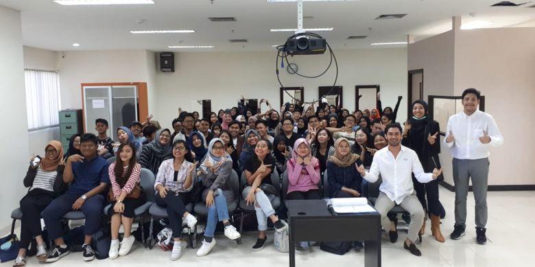 Reza Rahardian, menjadi salah seorang pengajar kelas praktik dan laboratorium Program Studi Vokasi Komunikasi (Vokom) Universitas Indonesia (UI).