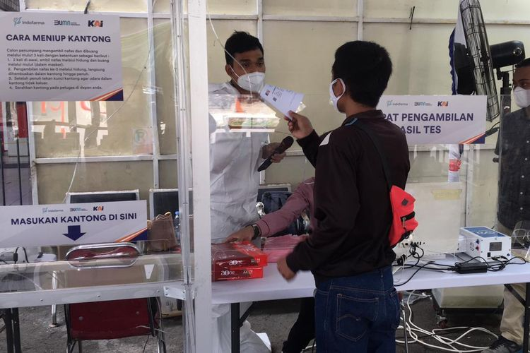 Proses calon penumpang yang menggunakan layanan tes GeNose di Stasiun Bekasi