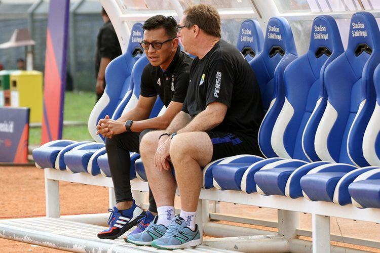 Direktur PT PBB, Teddy Tjahyono (kiri) bersama pelatih Persib Robert Rene Alberts (kanan), jelang laga Persib vs Arema FC, di Stadion Si Jalak Harupat, Selasa (12/11/2019).