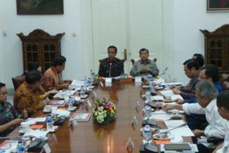 Suasana saat Presiden Joko Widodo memimpin rapat terbatas bersama sejumlah menteri Kabinet Kerja di Istana Bogor, Jawa Barat, Senin (16/2/2015).