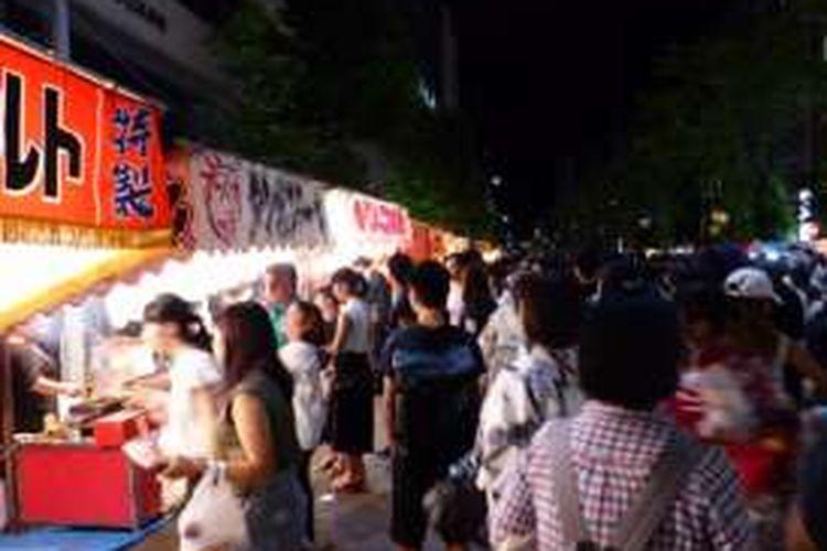 Ini merupakan beberapa rangkaian acara dari festival musim panas dimana banyak orang berjualanan makanan di pinggir jalan