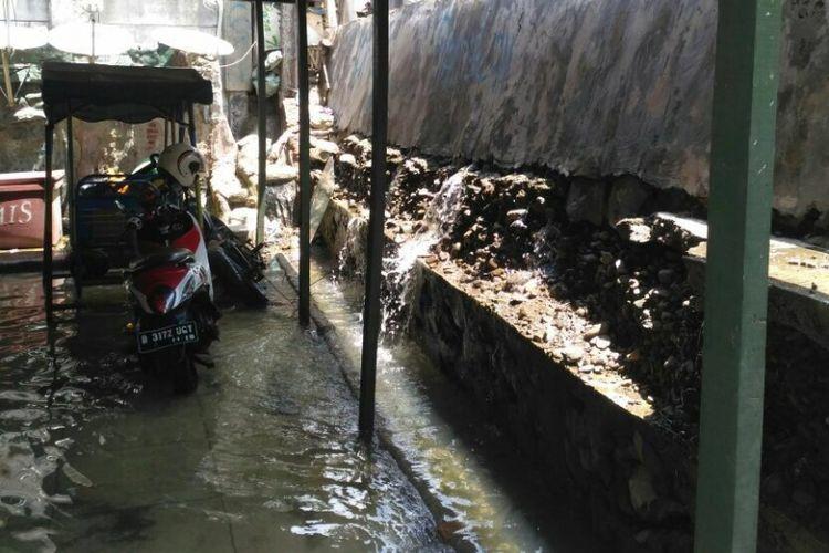 Tanggul yang berada di Kampung Luar Batang, Penjaringan, Jakart Utara bocor. Puluhan rumah di RT 03 RW 03 terendam air setinggi 50 sentimeter, Senin (6/11/2017)