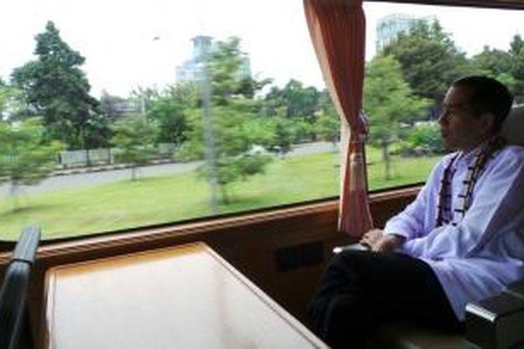 Gubernur Jakarta Joko Widodo duduk dalam bus milik Pemprov DKI Jakarta dalam perjalanan menuju Jakarta Utara, Jumat (7/2/2014).