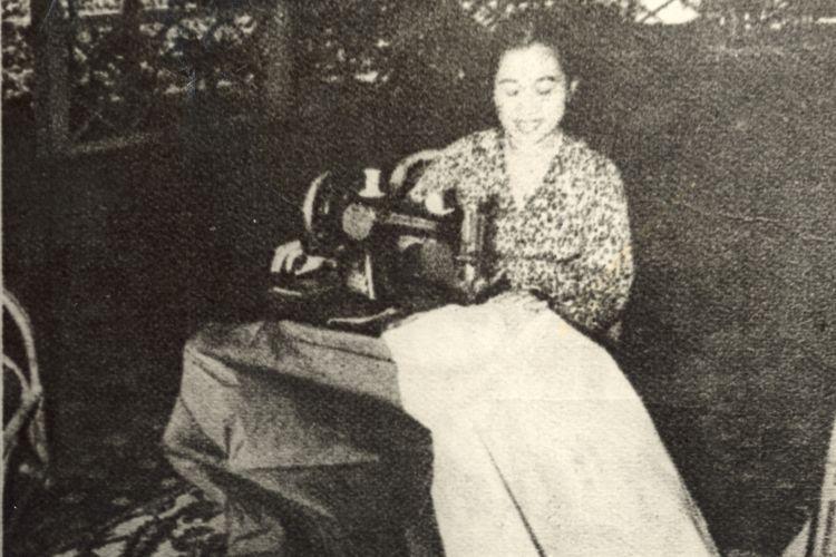 Ibu Fatmawati ketika sedang menjahit bendera Merah-Putih yang akhirnya menjadi Bendera Pusaka, bulan Oktober 1944.